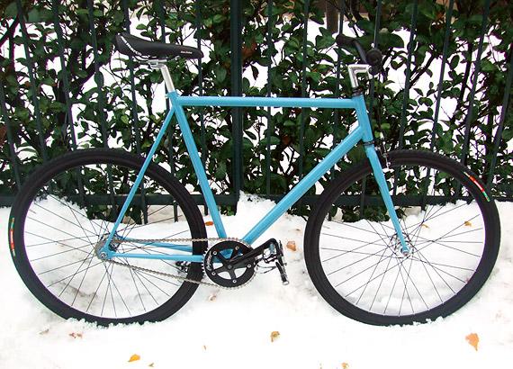 Синий fixed gear, трековый велосипед на снегу