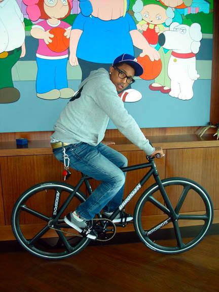 Фарел Вильямс на fixed gear велосипеде