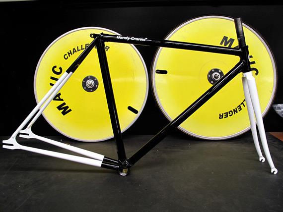 Окрашенная рама для fixed gear велосипеда.