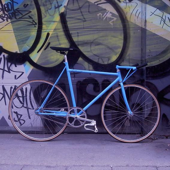 Самодельный трековый велосипед, стальна рама с геометрией для гонки преследования.
