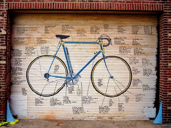 Картина велосипеда на стене.