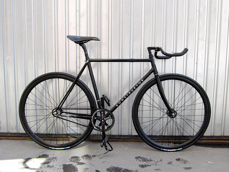 Черный фикс, fixed gear велосипед.