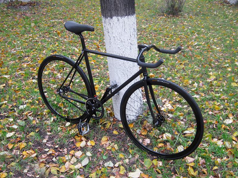 Черный fixed gear трековый велосипед, собранный в нашем магазине.