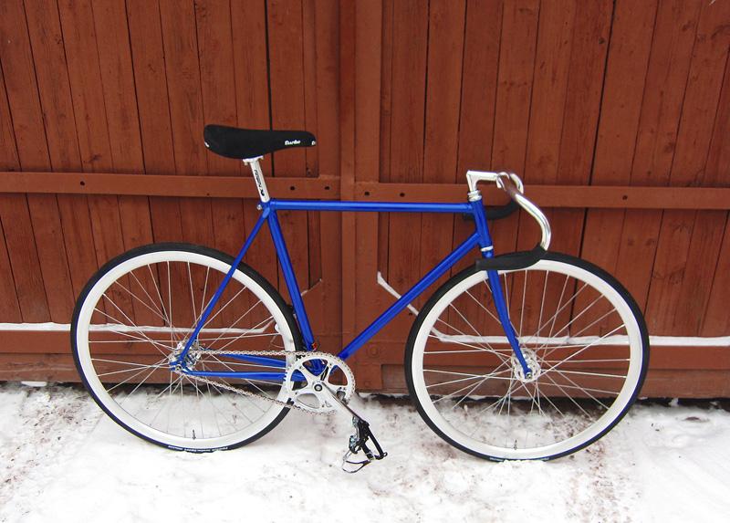Синий fixed gear трековый велосипед, собранный в нашем магазине.
