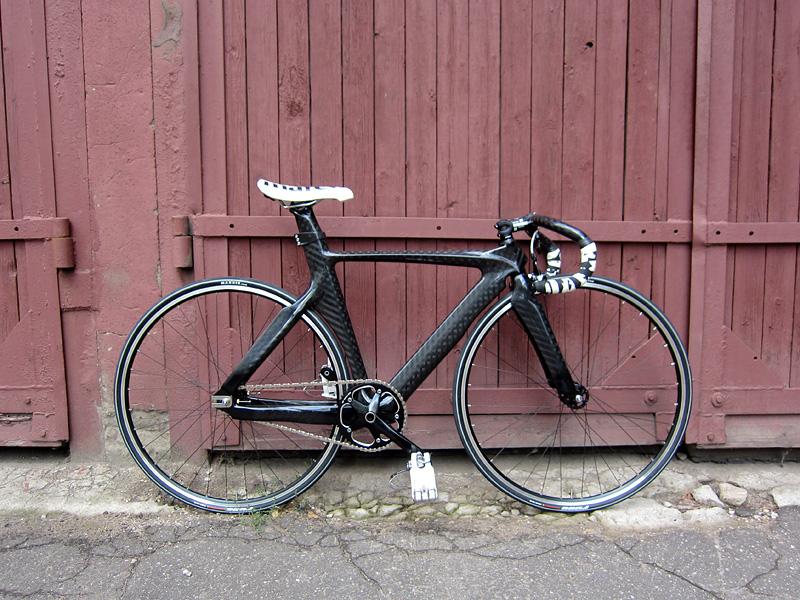 Карбоновый fixed gear велосипед, который купили в нашем магазине.