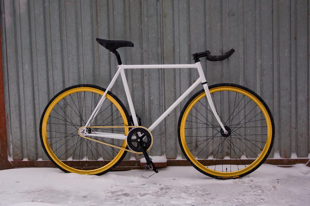 Fixed gear велосипед на базе белой стальной рамы Konstruktor «Kinetik»