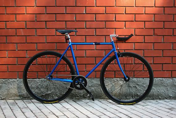 Fixed gear велосипед, собранный в магазине «Fixie» на базе трековой рамы Konstruktor «Kinetik»