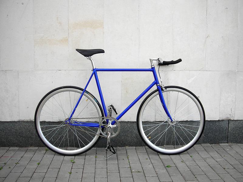 Синий fixed gear велосипед, который купили в нашем магазине.