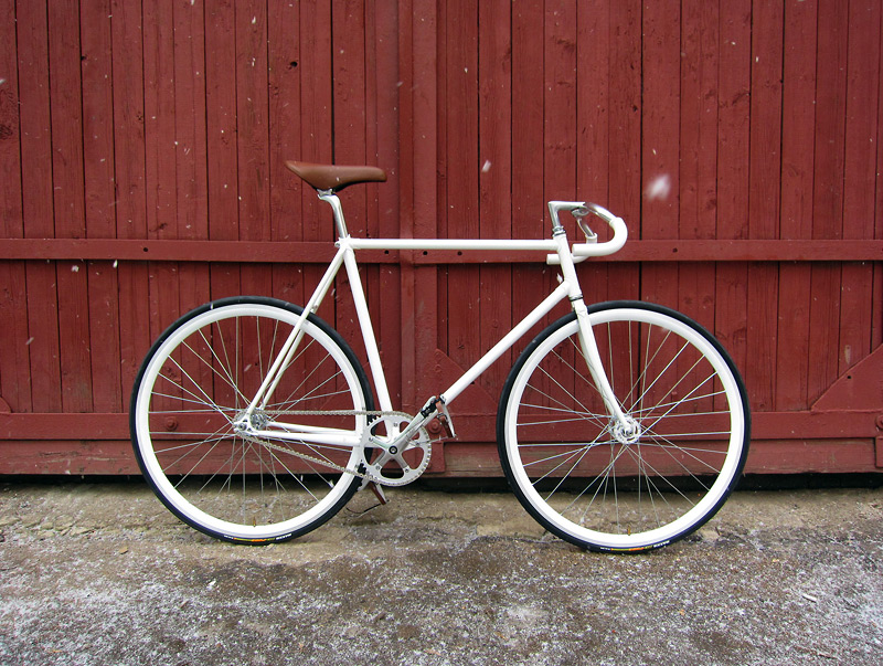 Белый фикс, fixed gear велосипед.
