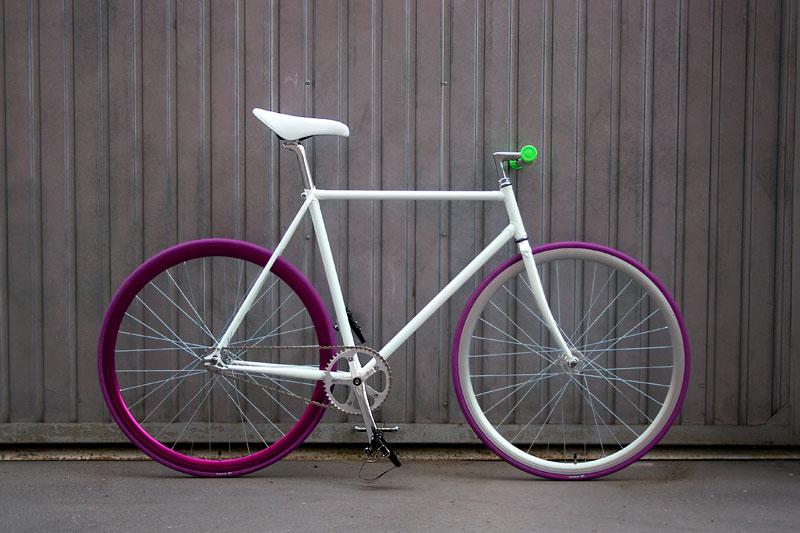 Белый fixed gear велосипед собранный в магазине «Fixie»